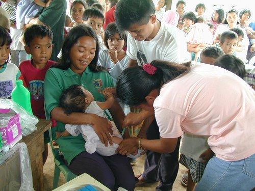 Impfung bei einer Rolling Clinic auf den Philippinen