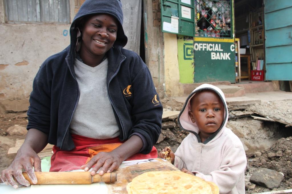 Verkäuferin mit ihrem Kind