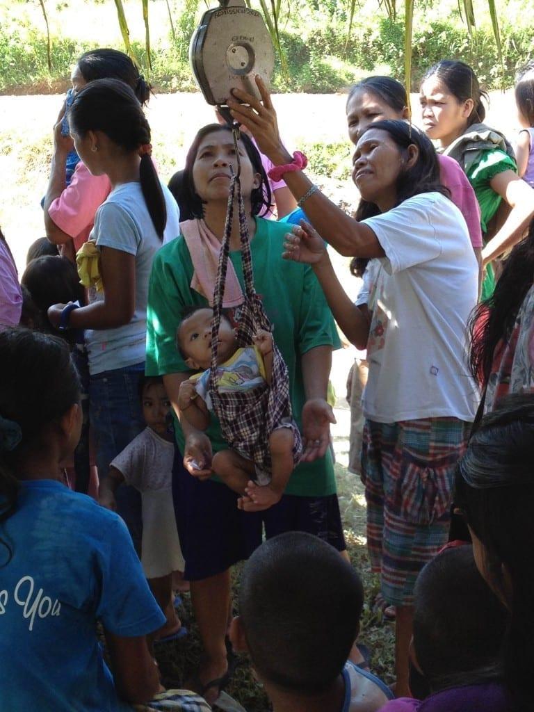 Familie mit unterernährten Kindern