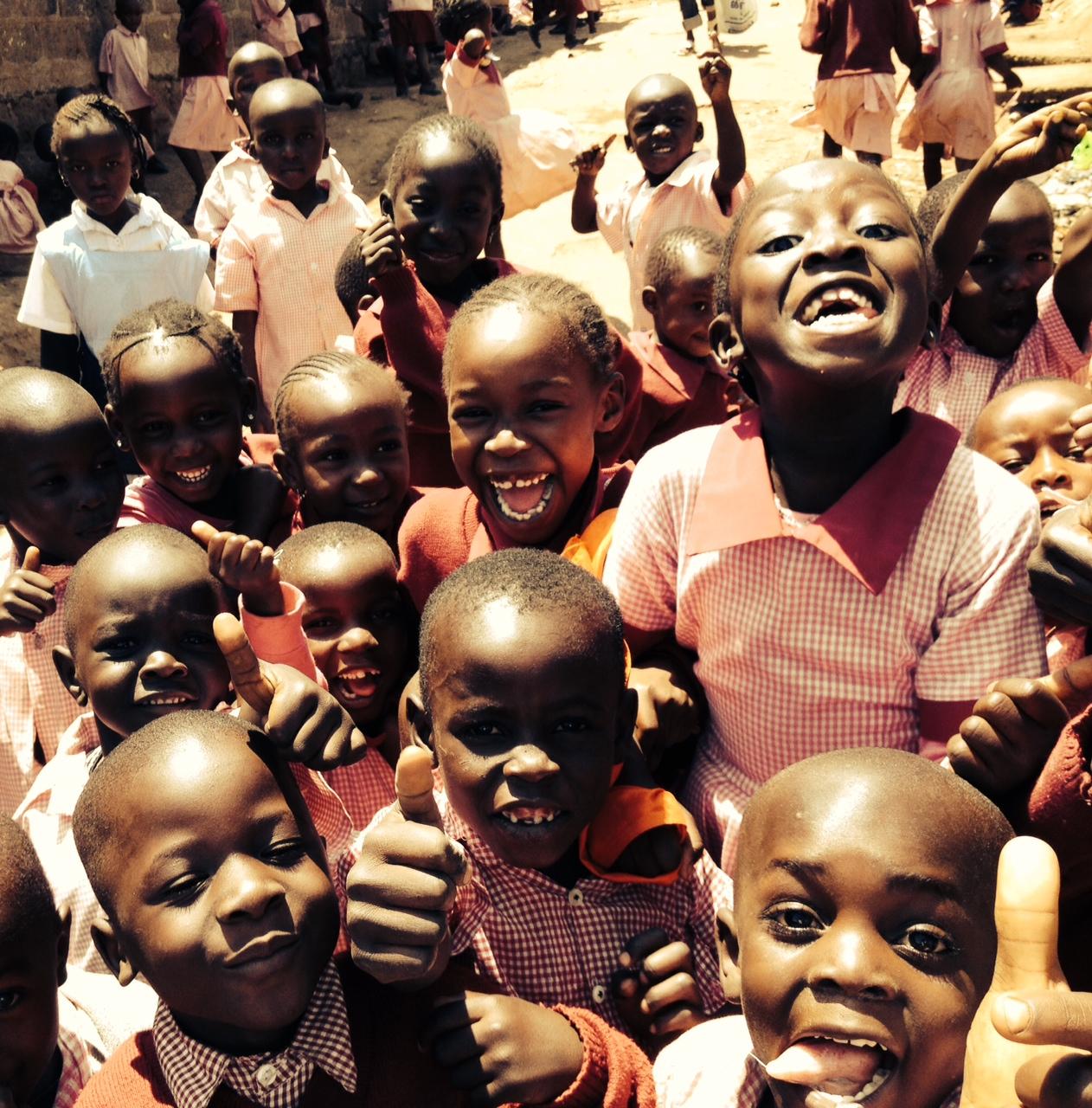 Lachende Kinder im Slum von Nairobi