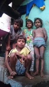 Unterernährte Kinder im Slum