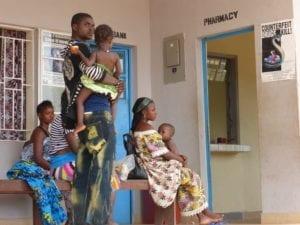 Wartende Menschen in Serabu