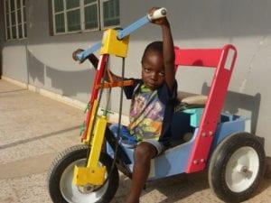 Kind fährt mit Spielzeug