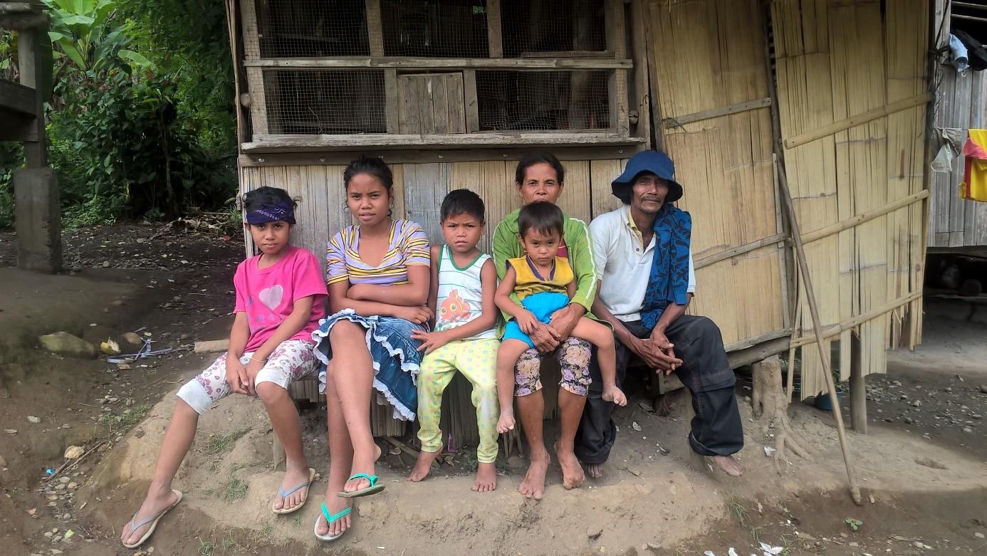Einheimische warten auf die mobile Klinik
