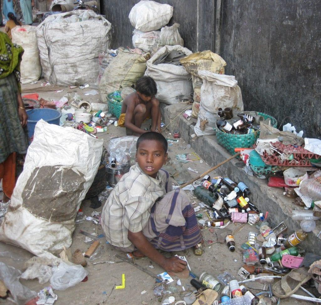 Ungerechte Welt: Kind sucht im Abfall
