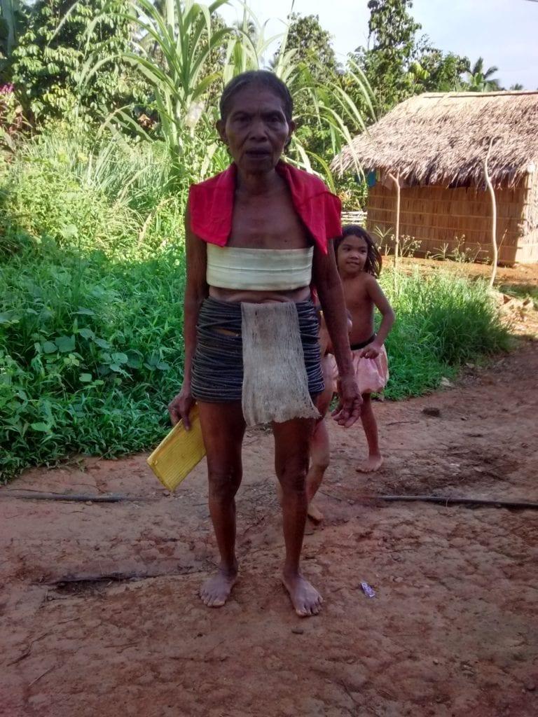 Eine Mangyan-Frau in traditioneller Tracht