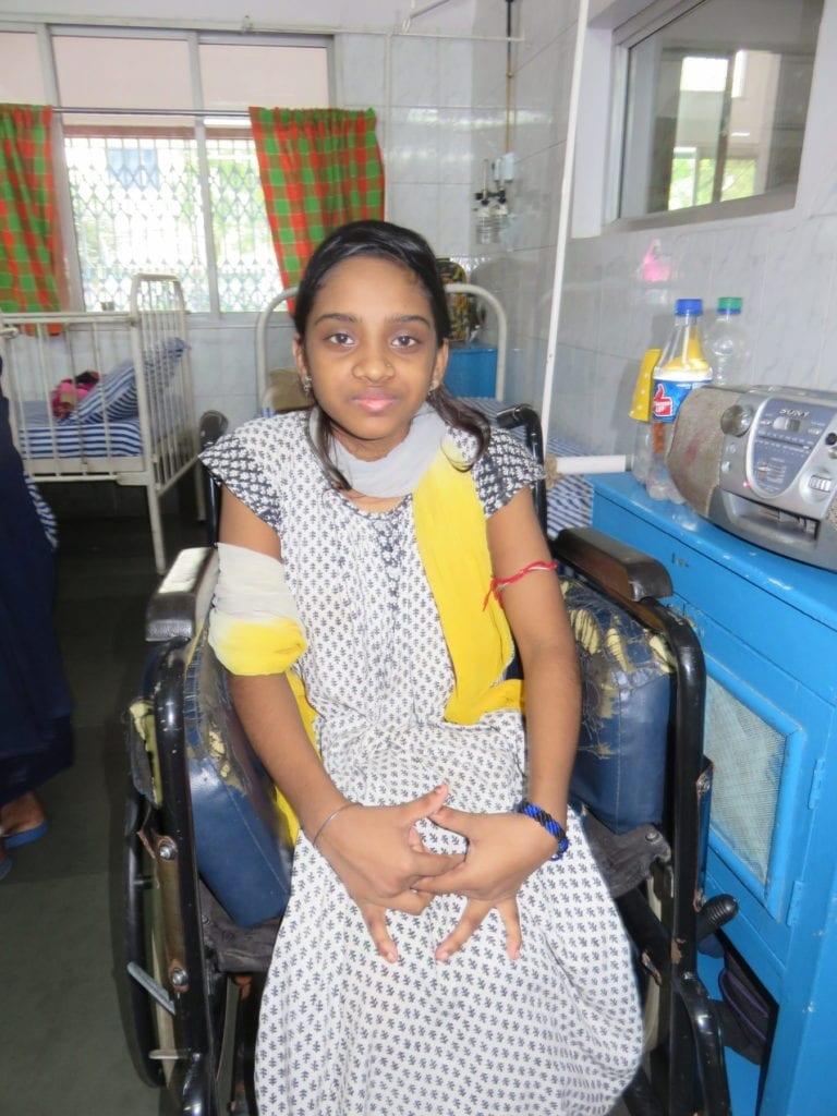 Junge Patientin im Rollstuhl