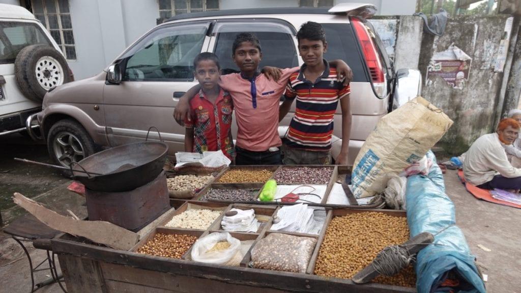 Die jungen Händler posieren gerne für ein Foto