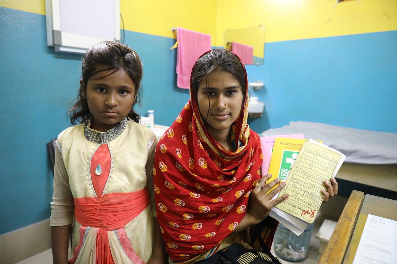Patientin mit Krankenunterlagen